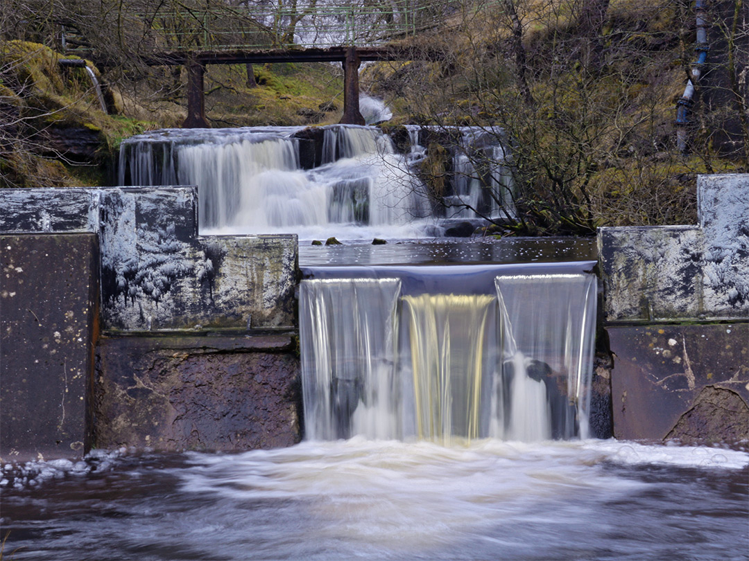 Cascades over the weirs